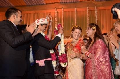 Jā, tieši tik jautras bija šīs kāzas!