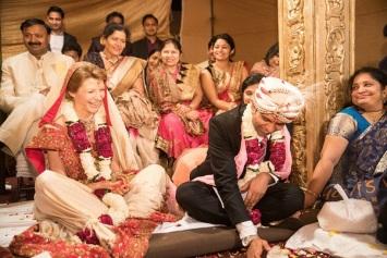 Aha, Indijas kāzās ļauts smieties arī ceremonijas laikā. Jo viss ir par un ap mīlestības svinēšanu