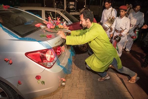 Puiši iestumj līgavas un līgavaiņa mašīnu - brauciet mājās, jaunais pāri! un agrā rīta stundā visi dodas mājās :)